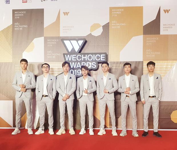Khi thi đấu vừa căng vừa gắt là thế, nhưng lúc dự WeChoice Awards thì Team Flash lại bảnh bao, lịch lãm hết phần người khác như thế này đây! - Ảnh 2.