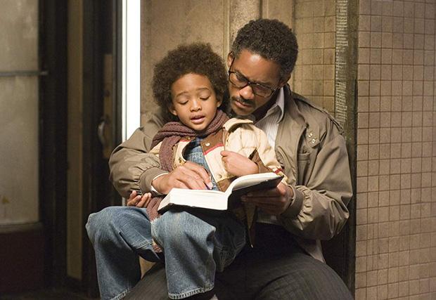 Hình ảnh của cậu và cha trong siêu phẩm The Pursuit of Happyness.
