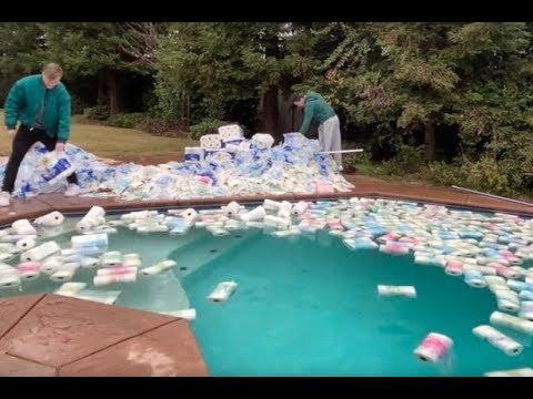 Xuất hiện NTN phiên bản nước ngoài: Ném 100.000 bịch khăn giấy xuống hồ bơi để thấm nước, Youtuber bị công kích dữ dội - Ảnh 3.