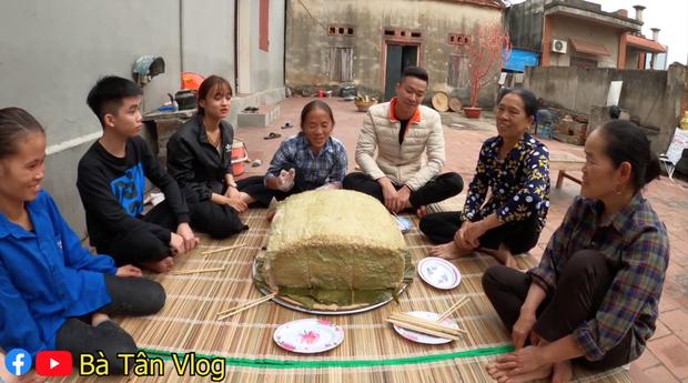 Bà Tân Vlog làm nồi bánh chưng xanh siêu to khổng lồ, dân tình bảo ra Giêng chắc cũng ăn không hết - Ảnh 11.