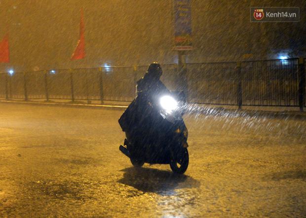 Lâu lắm rồi Hà Nội mới đón giao thừa trong tiết trời xấu thậm tệ, mưa xối xả cả ngày khiến đường ngập như sông - Ảnh 11.
