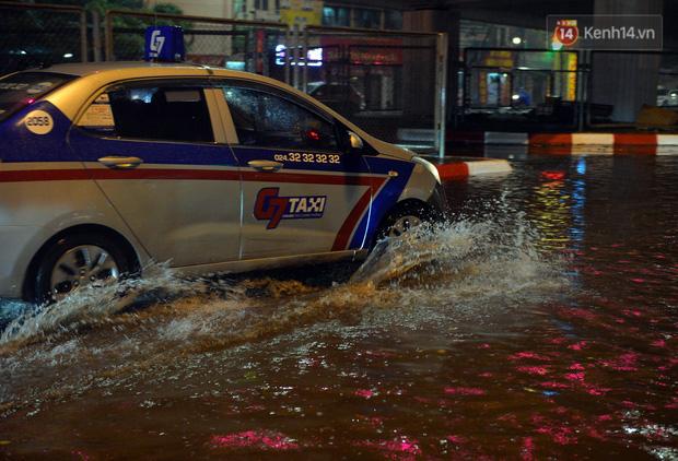 Lâu lắm rồi Hà Nội mới đón giao thừa trong tiết trời xấu thậm tệ, mưa xối xả cả ngày khiến đường ngập như sông - Ảnh 3.