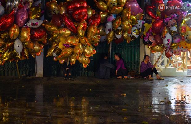 Lâu lắm rồi Hà Nội mới đón giao thừa trong tiết trời xấu thậm tệ, mưa xối xả cả ngày khiến đường ngập như sông - Ảnh 6.