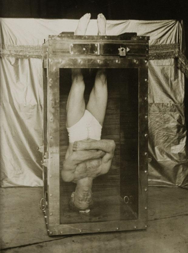 Giải mã trò ảo thuật hộp nước tra tấn: Gông chân, còng tay mà vẫn thoát ra tài tình! - Ảnh 3.