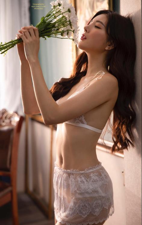 Hot girl Nguyễn Thị Lượm mặc nội y trắng, đắp ren trong suốt phô diễn trọn vẹn thân hình nuột nà - Ảnh 5.