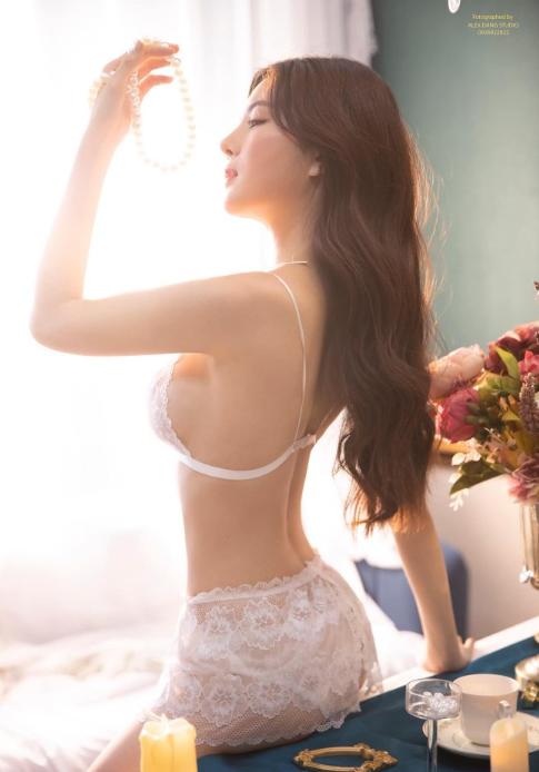 Hot girl Nguyễn Thị Lượm mặc nội y trắng, đắp ren trong suốt phô diễn trọn vẹn thân hình nuột nà - Ảnh 4.