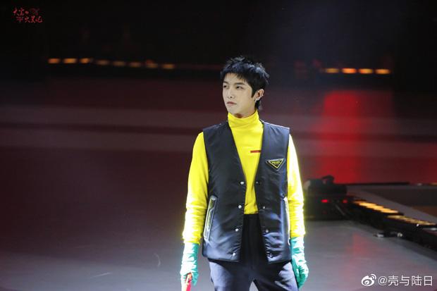 Hình ảnh của anh chàng tại giữa sân khấu thu hút sự chú ý