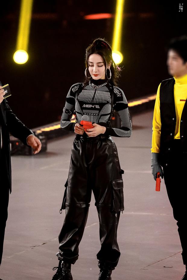Nhiệt Ba khoe vóc dáng cực chuẩn cùng vòng một gợi cảm với trang phục bó sát