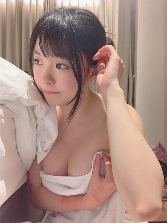 Hết thay quần áo trên sóng, nữ Youtuber xinh đẹp lại khiến nhiều người tò mò với bàn tay lạ trong ảnh tự đăng - Ảnh 6.