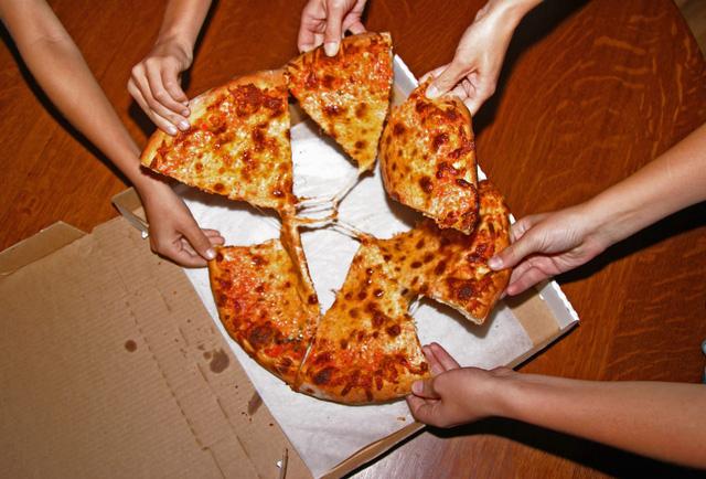 Tại sao nhiều nhà hàng pizza sẵn sàng vứt bỏ đồ ăn lỗi chứ không cho nhân viên? - Ảnh 2.