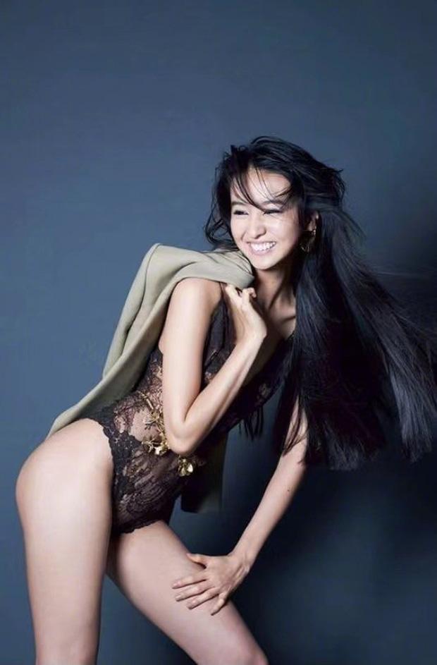 Con gái nam thần số 1 Nhật Bản Takuya Kimura gây tranh cãi khi chụp bán nude ở tuổi 17, thả rông khoe đường cong bỏng mắt - Ảnh 2.