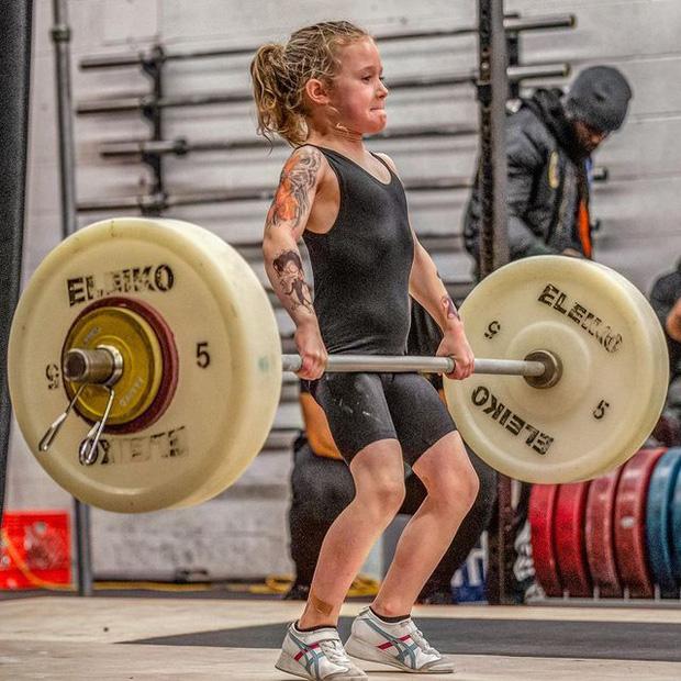 7 tuổi nâng tạ 80kg, cô bé lực sĩ khiến cộng đồng mạng trầm trồ, đặt biệt danh con gái Hercules - Ảnh 2.