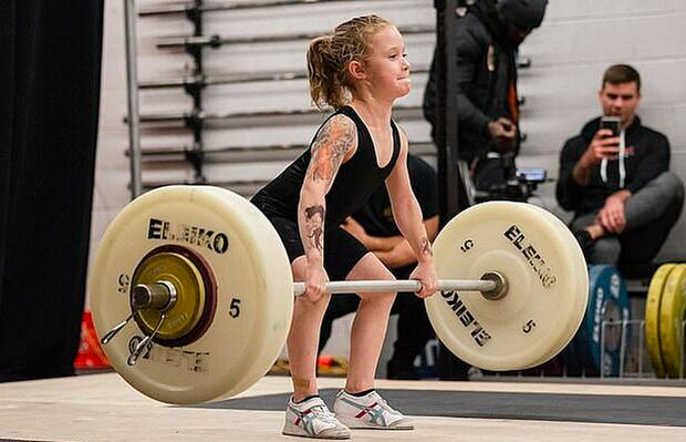 7 tuổi nâng tạ 80kg, cô bé lực sĩ khiến cộng đồng mạng trầm trồ, đặt biệt danh con gái Hercules - Ảnh 3.
