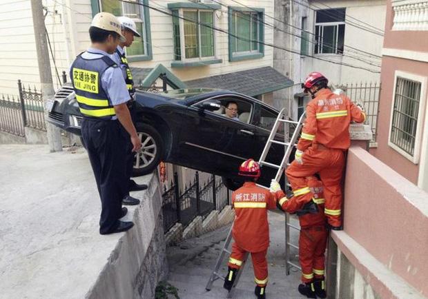 Những tai nạn ngớ ngẩn của hội mới học lái xe đã đi chơi Giáng Sinh - Ảnh 1.
