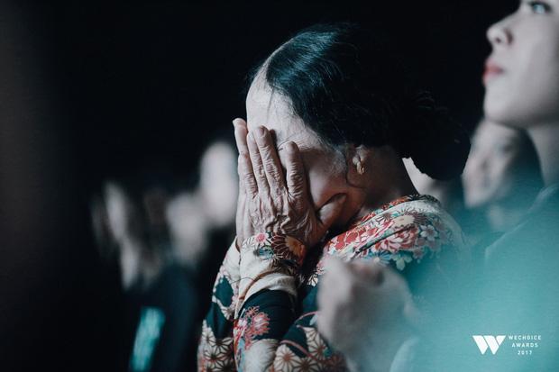 Cô Phương không kìm được nước mắt khi xem tiết mục múa tái hiện câu chuyện của mẹ