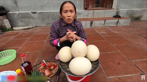 Bà Tân Vlog làm món trứng đà điểu khổng lồ, cộng đồng mạng nhanh mắt nhận ra sự kết hợp dễ gây ngộ độc của món ăn - Ảnh 1.