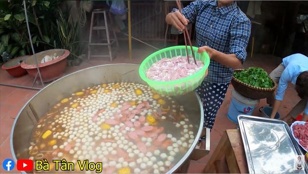 Bà Tân Vlog làm món trứng đà điểu khổng lồ, cộng đồng mạng nhanh mắt nhận ra sự kết hợp dễ gây ngộ độc của món ăn - Ảnh 6.