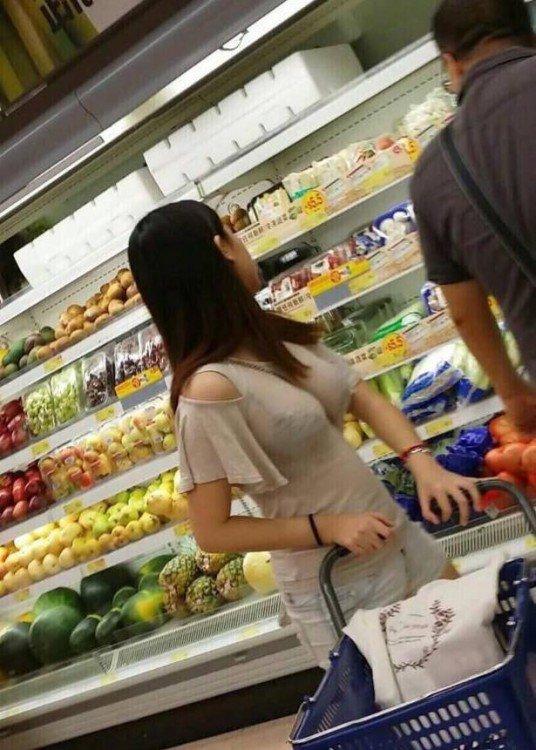 Ăn mặc gợi cảm đi siêu thị, cô nàng hot girl nhận cả rổ gạch đá từ phía cộng đồng mạng - Ảnh 1.