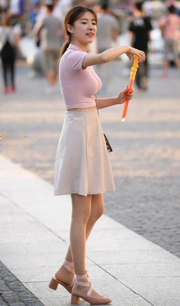 Thổi bong bóng giữa phố, cô nàng bỗng chốc trở thành tâm điểm chú ý của cộng đồng mạng chỉ qua một chi tiết - Ảnh 4.
