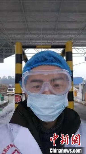 Bác sĩ 28 tuổi đột tử do kiệt sức sau 10 ngày đối phó virus corona - Ảnh 2.