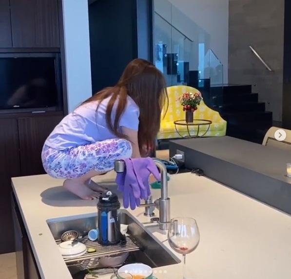 Chồng đại gia hé lộ hình ảnh rất khác của nữ tỷ phú người Việt Mimi Morris khi ở nhà tránh dịch, mọi sự chú ý bất ngờ đổ dồn vào chiếc bàn bếp của căn biệt thự 800 tỷ - Ảnh 2.