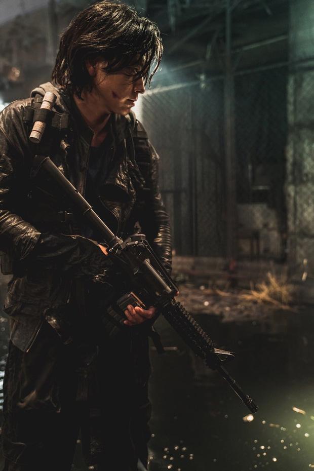 Train To Busan 2 tung hình ảnh đầu tiên: Thánh sống Kang Dong Won đại chiến zombie, khẳng định phim sẽ khủng hơn phần 1 - Ảnh 3.