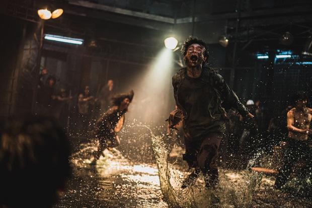 Train To Busan 2 tung hình ảnh đầu tiên: Thánh sống Kang Dong Won đại chiến zombie, khẳng định phim sẽ khủng hơn phần 1 - Ảnh 4.