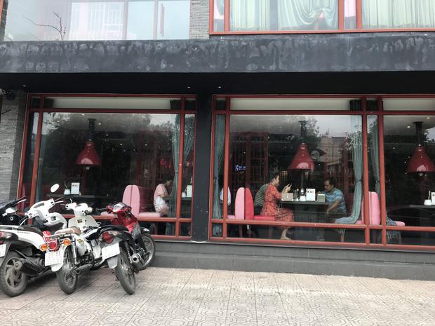 Hà Nội: Hàng loạt quán cafe, quán nhậu vẫn tấp nập mở cửa đón khách bất chấp lệnh đóng cửa để phòng chống COVID-19 - Ảnh 12.