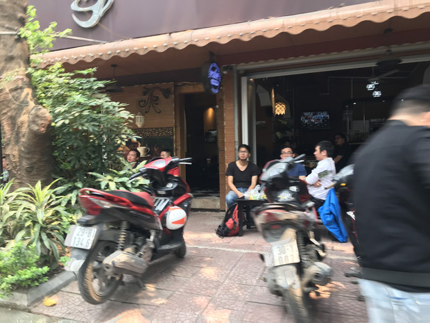 Hà Nội: Hàng loạt quán cafe, quán nhậu vẫn tấp nập mở cửa đón khách bất chấp lệnh đóng cửa để phòng chống COVID-19 - Ảnh 11.