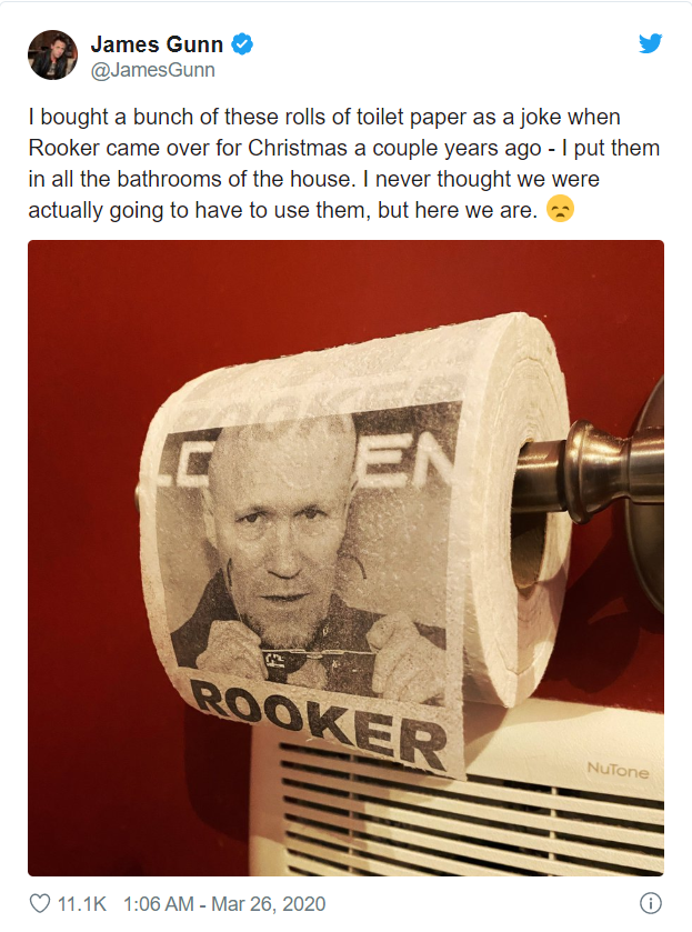 Giữa đại dịch, đạo diễn James Gunn mang giấy vệ sinh in mặt bạn mình ra dùng cho vui - Ảnh 1.