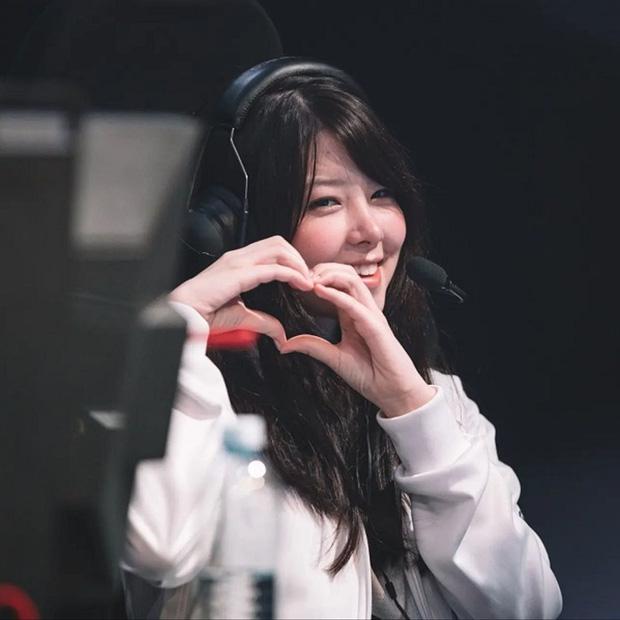 """Nữ game thủ xinh đẹp Mayumi bất ngờ bị fan """"ném đá tơi tả"""" vì cho rằng nhan sắc mới kém xinh - Ảnh 1."""