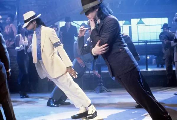 Hé lộ điều kỳ diệu làm nên điệu nhảy nghiêng người 45 độ của Michael Jackson: Tưởng cao siêu hóa ra cũng chỉ nhờ đạo cụ - Ảnh 2.
