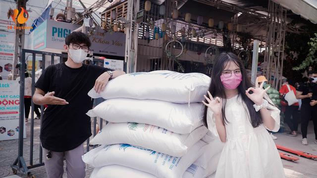 Giữa mùa đại dịch, hot streamer Hường Lulii và những người bạn quyên góp hơn 1 tấn gạo cho cây ATM gạo - Ảnh 3.