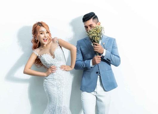 Lương Bằng Quang tung ảnh cưới cùng Ngân 98, cư dân mạng đặt dấu hỏi Cưới thật hay lại là chiêu trò gì mới - Ảnh 1.