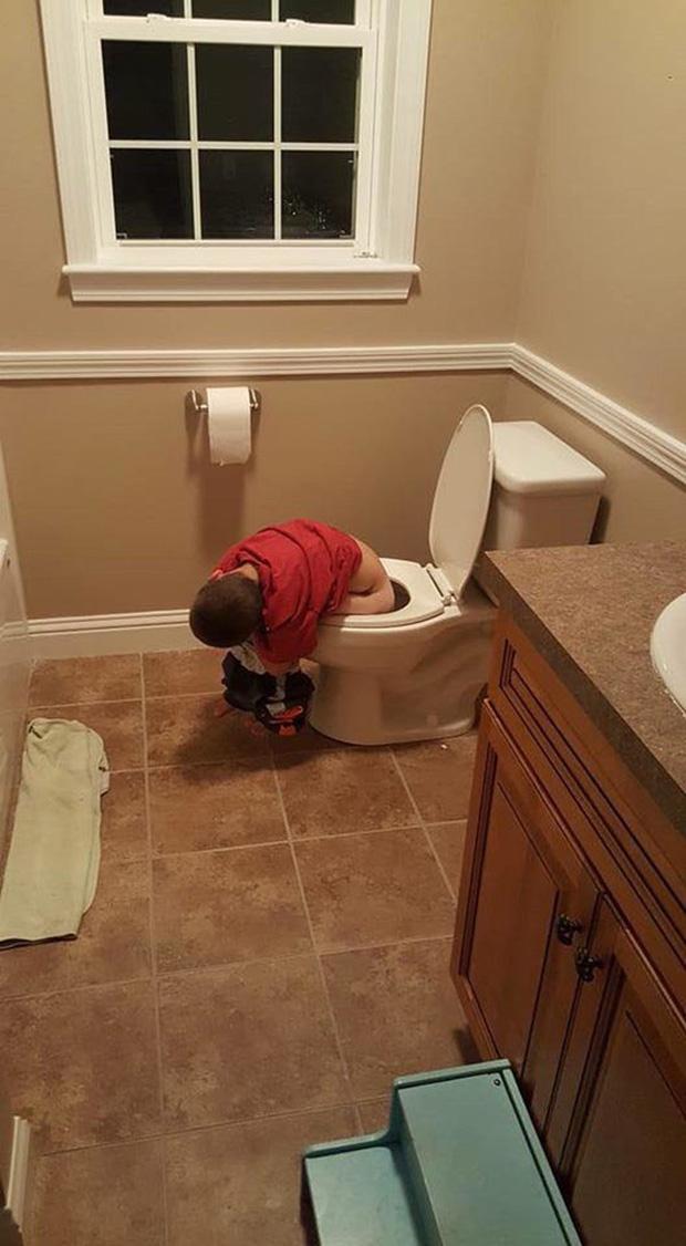 Bị cách ly lâu quá, đến cả lũ trẻ con cũng chán đời lăn ra ngủ như thế này đây - Ảnh 3.