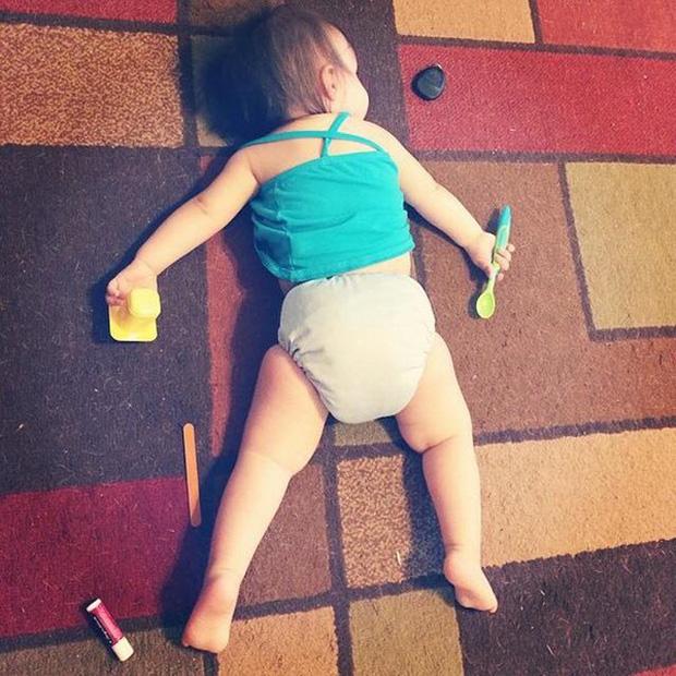 Bị cách ly lâu quá, đến cả lũ trẻ con cũng chán đời lăn ra ngủ như thế này đây - Ảnh 1.