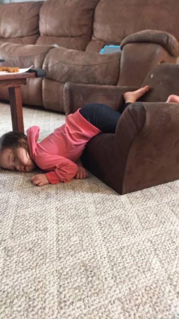 Bị cách ly lâu quá, đến cả lũ trẻ con cũng chán đời lăn ra ngủ như thế này đây - Ảnh 7.