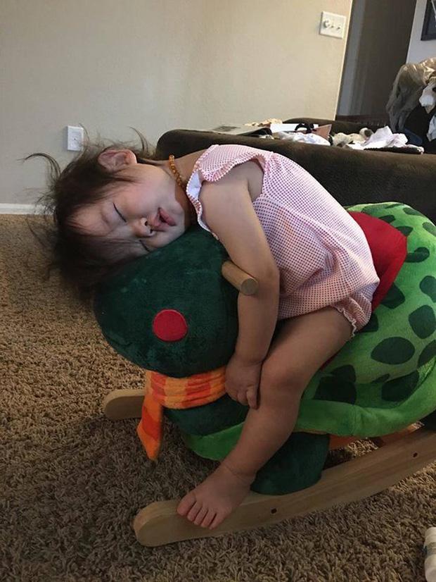 Bị cách ly lâu quá, đến cả lũ trẻ con cũng chán đời lăn ra ngủ như thế này đây - Ảnh 11.
