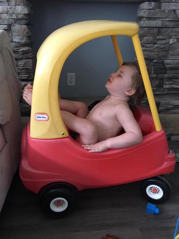 Bị cách ly lâu quá, đến cả lũ trẻ con cũng chán đời lăn ra ngủ như thế này đây - Ảnh 13.