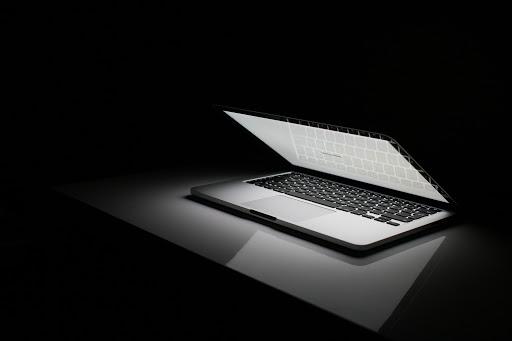 8 mẹo nhỏ giúp laptop của bạn lâu bị chai pin - Ảnh 1.