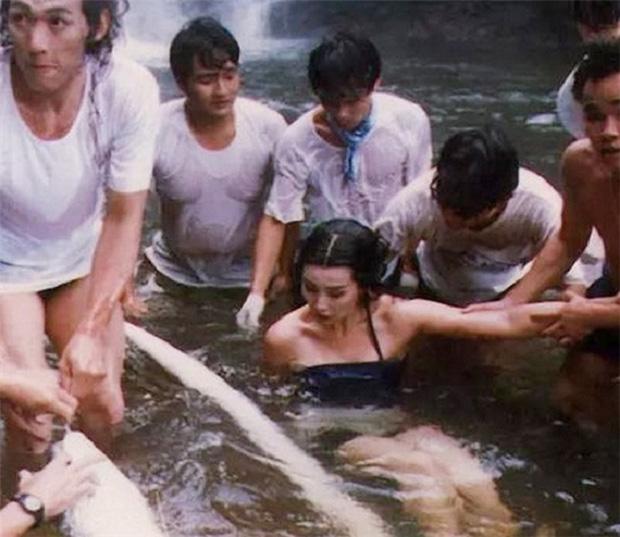 Ngã ngửa hậu trường cảnh tắm của mỹ nữ phim cổ trang, nhìn kĩ mới thấy các chị còn chẳng dùng nước, ngộ nghĩnh chưa? - Ảnh 8.