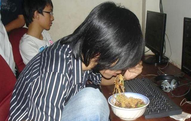 Cao lương mỹ vị cũng không so được 3 món ăn huyền thoại này ở quán net: Mồm nhai vồn vã, tay PK điên cuồng - Ảnh 4.