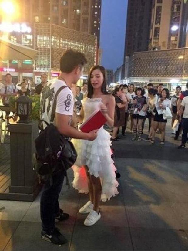 Cô gái mang sổ đỏ đến quỳ gối cầu hôn khiến bạn trai sướng tít cả mắt - Ảnh 1.