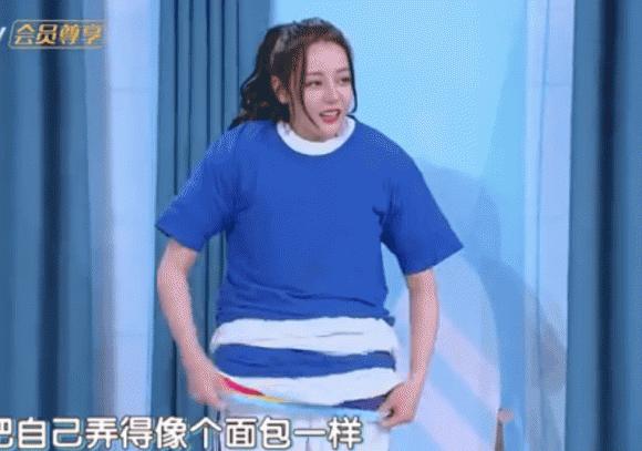 Lộ ảnh thân hình phì nhiêu không đỡ được, Địch Lệ Nhiệt Ba khiến các fan ngỡ ngàng khi cởi áo ngay trên sóng - Ảnh 1.