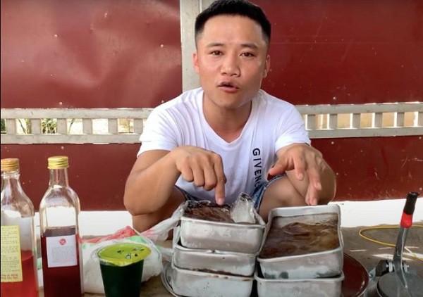 Làm video ẩm thực trông mất vệ sinh, con trai bà Tân Vlog lại nhận mưa gạch đá từ phía cộng đồng mạng - Ảnh 1.
