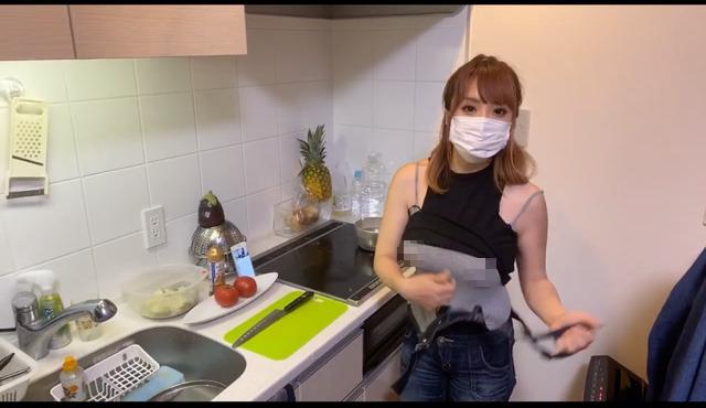 Dạy nấu ăn nhưng lại lên sóng cởi áo liên tục, khoe cả việc không mặc nội y, nữ Youtuber nhận cơn mưa gạch đá từ phía người xem - Ảnh 3.