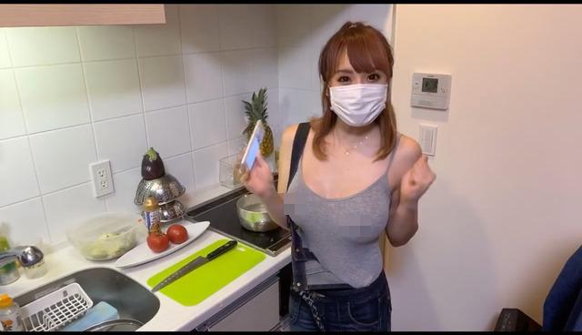 Dạy nấu ăn nhưng lại lên sóng cởi áo liên tục, khoe cả việc không mặc nội y, nữ Youtuber nhận cơn mưa gạch đá từ phía người xem - Ảnh 4.