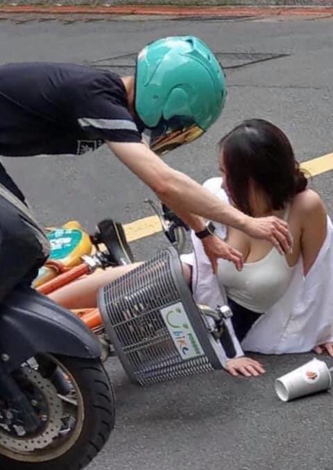 Bị đâm tới ngã xe, gái xinh bỗng chốc nổi như cồn trên mạng xã hội chỉ nhờ một chi tiết - Ảnh 3.