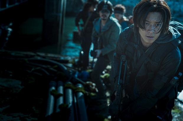 Ám ảnh cực độ với trailer Train to Busan 2: Khi kẻ sống sót biến chất, lấy đồng loại và zombie làm thú tiêu khiển - Ảnh 2.