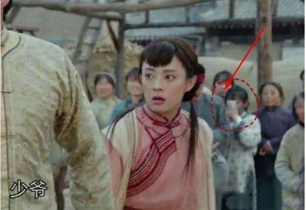 Rổ sạn hài tắt thở phim Hoa ngữ: Điện thoại, giày thể thao bất ngờ xuyên không về thời cổ trang - Ảnh 12.